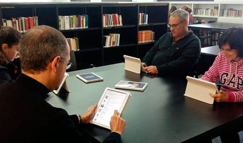Tauletes per afavorir l'ús de dispositius mòbils entre els usuaris de biblioteques
